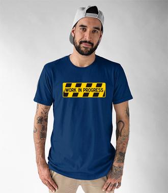 Praca w toku… - Koszulka z nadrukiem - Praca - Męska